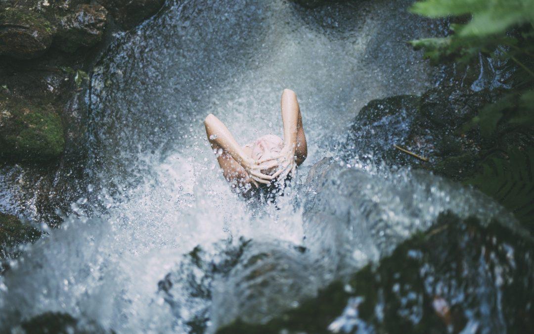 Tiszta víz ömlik a bölcsesség poharába
